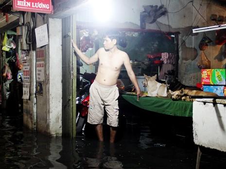 Hàng trăm hộ dân ở quận 12 bị ngập chìm trong nước - ảnh 1