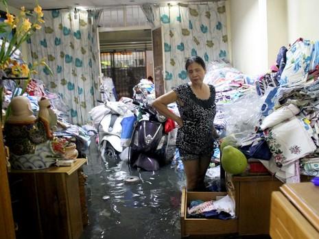 Hàng trăm hộ dân ở quận 12 bị ngập chìm trong nước - ảnh 12