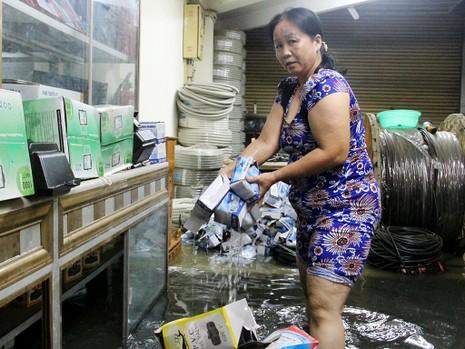 Hàng trăm hộ dân ở quận 12 bị ngập chìm trong nước - ảnh 4
