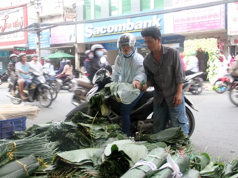 Chợ lá dong ngày Tết ven đường ở TP.HCM - ảnh 3