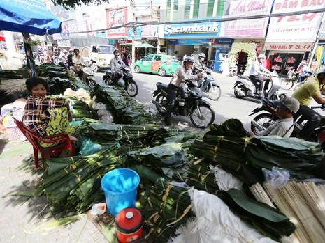 Chợ lá dong ngày Tết ven đường ở TP.HCM - ảnh 1