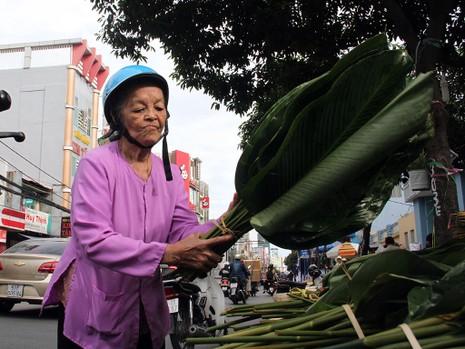 Chợ lá dong ngày Tết ven đường ở TP.HCM - ảnh 11