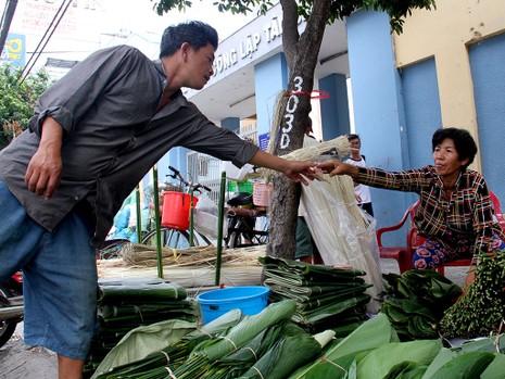 Chợ lá dong ngày Tết ven đường ở TP.HCM - ảnh 8