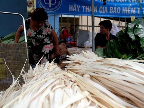 Chợ lá dong ngày Tết ven đường ở TP.HCM - ảnh 6