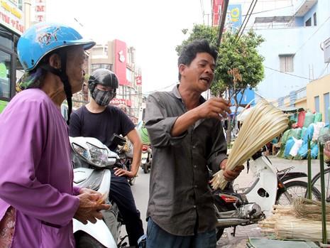 Chợ lá dong ngày Tết ven đường ở TP.HCM - ảnh 7
