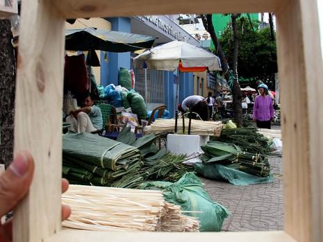 Chợ lá dong ngày Tết ven đường ở TP.HCM - ảnh 13