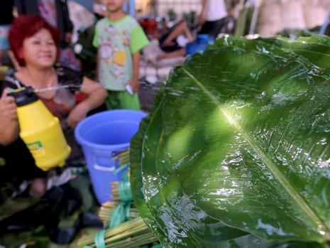 Chợ lá dong ngày Tết ven đường ở TP.HCM - ảnh 12