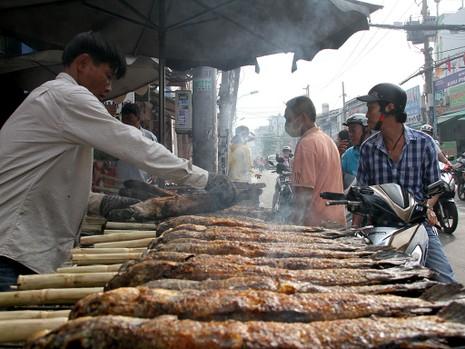 Phố cá lóc nướng ở Sài Gòn trúng lớn ngày vía Thần tài - ảnh 13