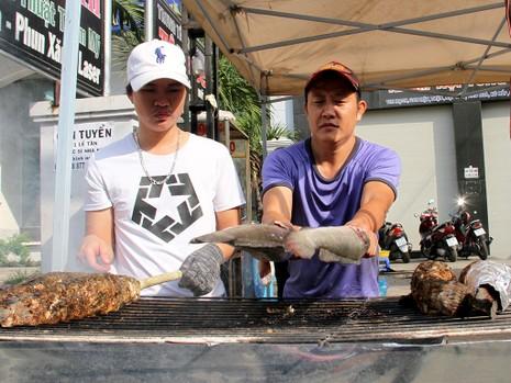 Phố cá lóc nướng ở Sài Gòn trúng lớn ngày vía Thần tài - ảnh 15
