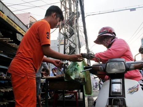 Phố cá lóc nướng ở Sài Gòn trúng lớn ngày vía Thần tài - ảnh 16