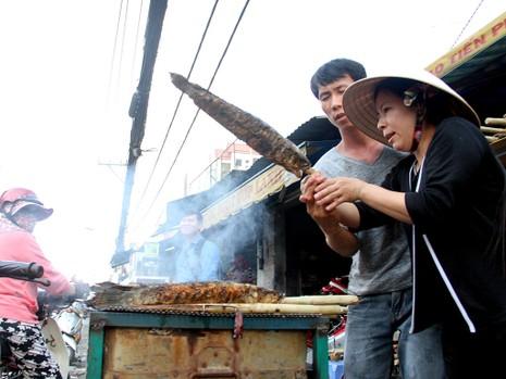 Phố cá lóc nướng ở Sài Gòn trúng lớn ngày vía Thần tài - ảnh 17