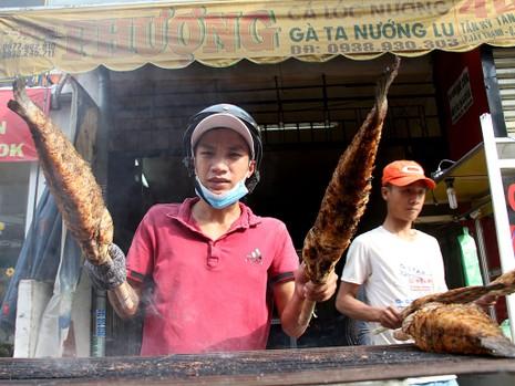 Phố cá lóc nướng ở Sài Gòn trúng lớn ngày vía Thần tài - ảnh 2