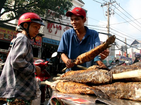 Phố cá lóc nướng ở Sài Gòn trúng lớn ngày vía Thần tài - ảnh 3