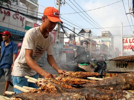 Phố cá lóc nướng ở Sài Gòn trúng lớn ngày vía Thần tài - ảnh 8
