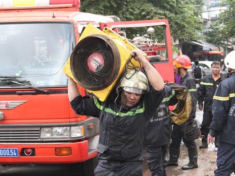Cháy khách sạn đường Quang Trung, 4 người được giải cứu - ảnh 2