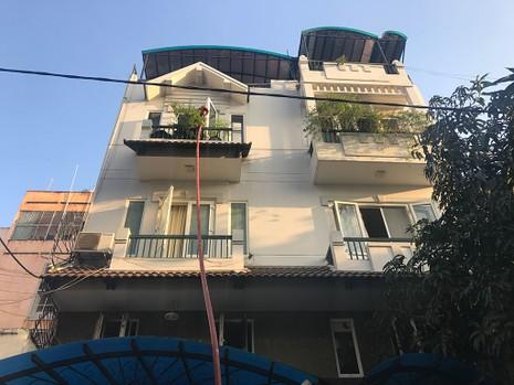 5 người mắc kẹt trong căn nhà 4 tầng bị cháy ở TP.HCM - ảnh 1