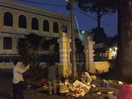 Nhánh cây trước Bưu điện TP.HCM rơi trúng 1 phụ nữ - ảnh 1