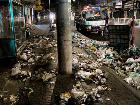 Một du khách nước ngoài lao vào xe rác bên đường  - ảnh 1