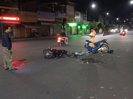Xe máy gãy đôi tối Valentine, 2 cặp nam nữ bị thương  - ảnh 1
