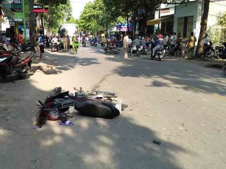 Hai xe máy tông, người không đội mũ bảo hiểm tử vong - ảnh 1