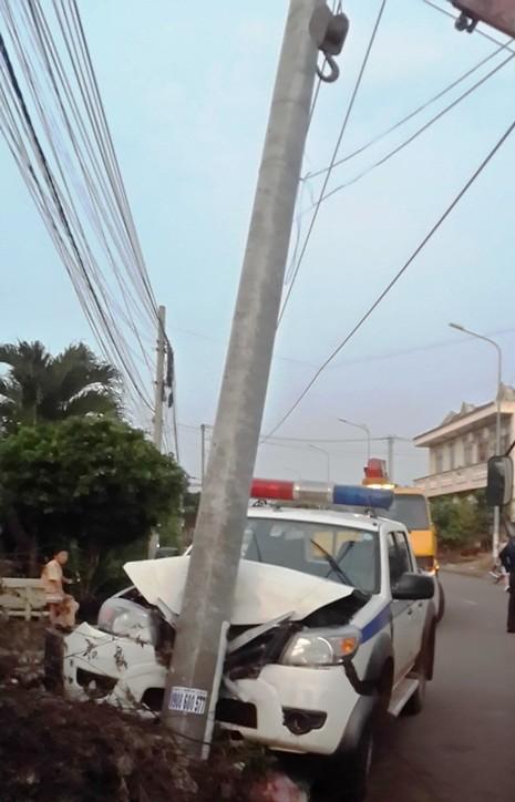 Truy bắt hai đối tượng trộm chó, xe CSGT đâm vào cột điện - ảnh 2