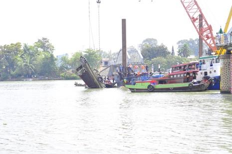Trục vớt thành công tàu đẩy sà lan đâm sập cầu Ghềnh - ảnh 2