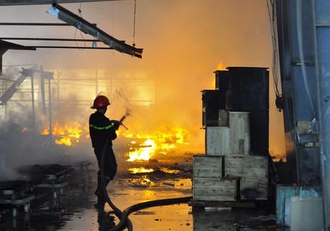 Cháy dữ dội: Hơn 8.000 m2 xưởng gỗ bị thiêu rụi - ảnh 1
