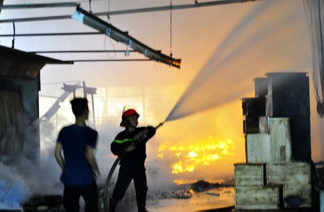 Cháy dữ dội: Hơn 8.000 m2 xưởng gỗ bị thiêu rụi - ảnh 2
