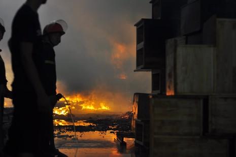 Cháy dữ dội: Hơn 8.000 m2 xưởng gỗ bị thiêu rụi - ảnh 3