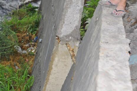 Mưa lớn, cầu Xóm Mai hỏng bờ kè, trơ lõi gỗ - ảnh 1