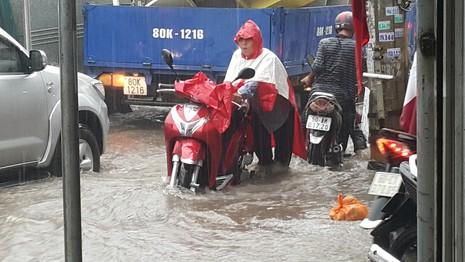 Biên Hòa: Hàng ngàn người bì bõm lội nước tìm đường về nhà - ảnh 3