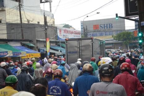Biên Hòa: Hàng ngàn người bì bõm lội nước tìm đường về nhà - ảnh 5