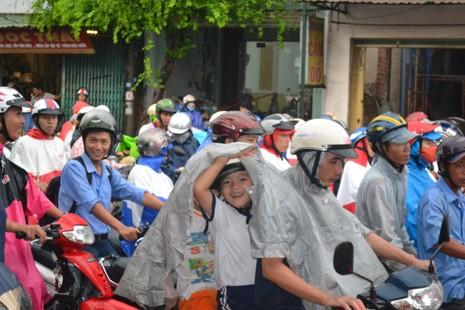 Biên Hòa: Hàng ngàn người bì bõm lội nước tìm đường về nhà - ảnh 6