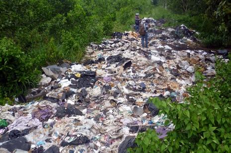 Lại phát hiện đổ trộm hàng trăm tấn bùn thải công nghiệp độc hại  - ảnh 2
