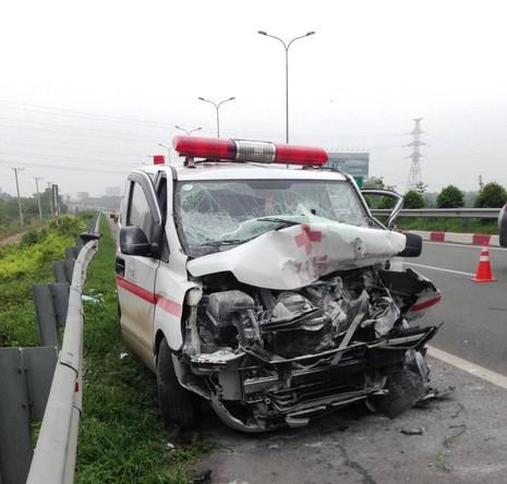 Xe cứu thương đâm xe bồn trên cao tốc, 1 người chết - ảnh 1