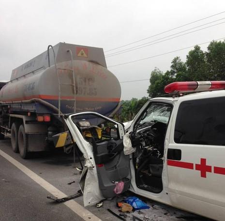 Xe cứu thương đâm xe bồn trên cao tốc, 1 người chết - ảnh 3