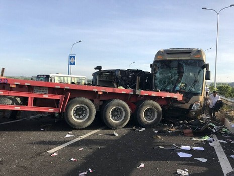 Ô tô khách bị nạn trên cao tốc Long Thành - Dầu Giây - ảnh 2