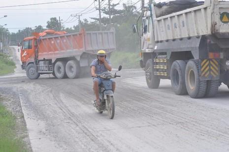 Việc vận chuyển đá ở các mỏ đá huyện Vĩnh Cửu đang gây ô nhiễm môi trường. Ảnh: TIẾN DŨNG