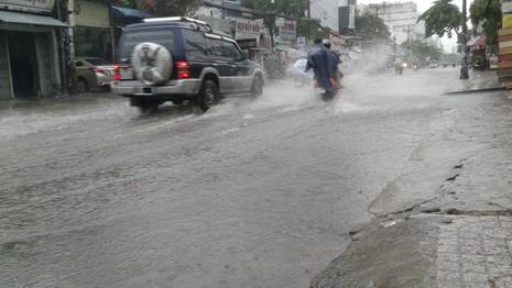 Đi xe ngày mưa làm ơn có ý thức! - ảnh 1