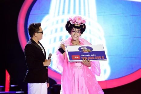 Phan Ngọc Luân giả gái, múa lụa 'qua mặt' Hòa Minzy - ảnh 1
