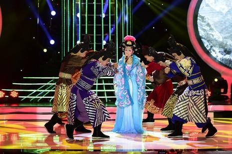 Phan Ngọc Luân giả gái, múa lụa 'qua mặt' Hòa Minzy - ảnh 4