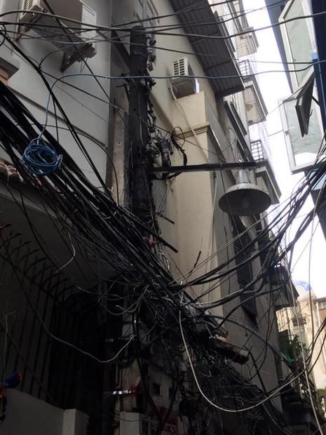 Cột điện cháy đen thui, cả khu phố náo loạn - ảnh 1