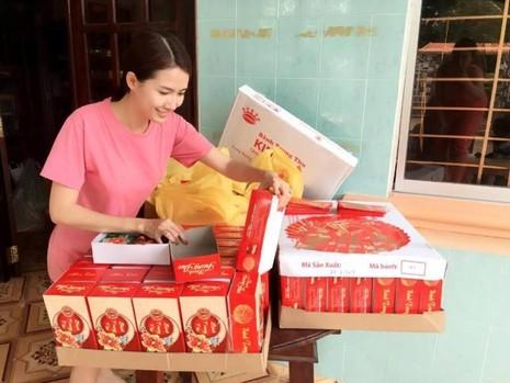 Phan Thị Mơ giản dị tặng quà trung thu tại quê nhà