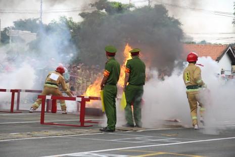 Cảnh sát PCCC băng tường, phá cửa, dập lửa cứu người - ảnh 7
