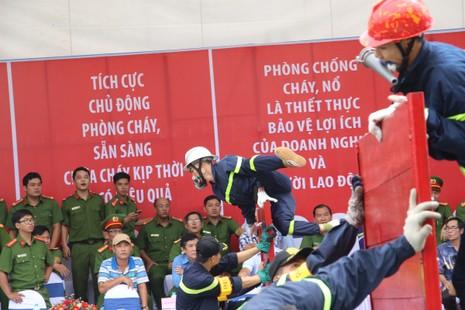 Cảnh sát PCCC băng tường, phá cửa, dập lửa cứu người - ảnh 10