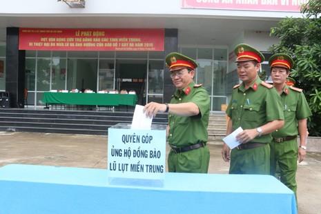 Cảnh sát PCCC ủng hộ gần 40 triệu gửi bà con miền Trung - ảnh 1