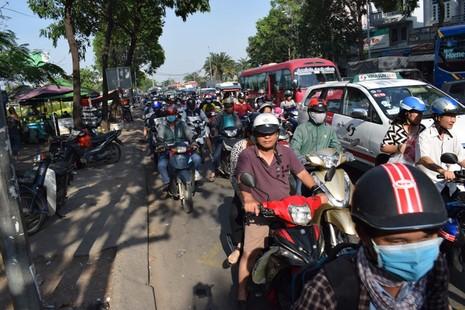 Nghẹt thở chen chân về bến xe miền Đông - ảnh 8