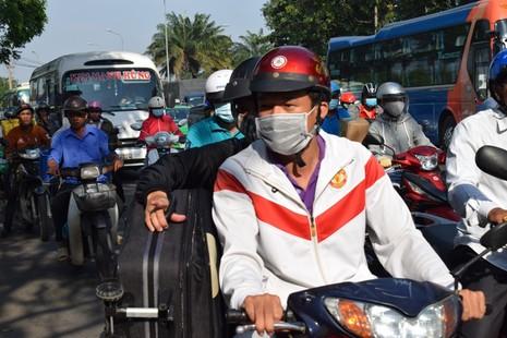 Nghẹt thở chen chân về bến xe miền Đông - ảnh 4