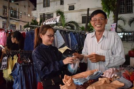 Chật vật chen chân đi chợ Hạnh Thông Tây ngày cuối năm - ảnh 2