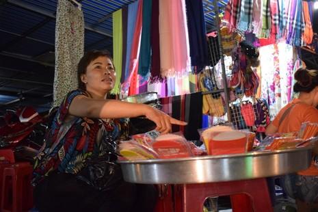 Chật vật chen chân đi chợ Hạnh Thông Tây ngày cuối năm - ảnh 3